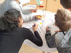 Kinder bei der Gruppenarbeit