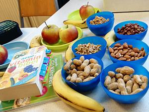 Nüsse und Obst auf einem Lehrertisch