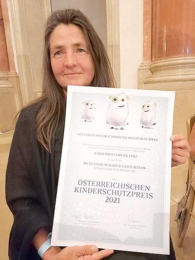 Michaela Datscher mit Urkunde